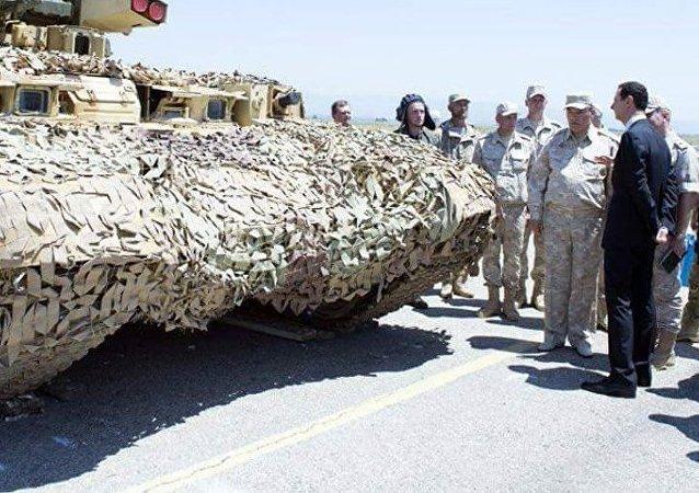 El presidente sirio Bashar Asad observa el vehículo de apoyo de fuego BMPT Ramka en la base aérea rusa Hmeymim, 27 de junio de 2017.