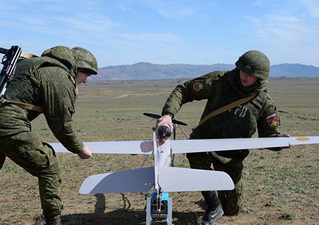 Militares rusos preparan un dron para el vuelo (archivo)