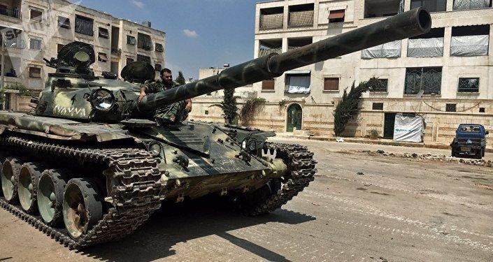 Un militar del Ejército sirio en un tanque T-72