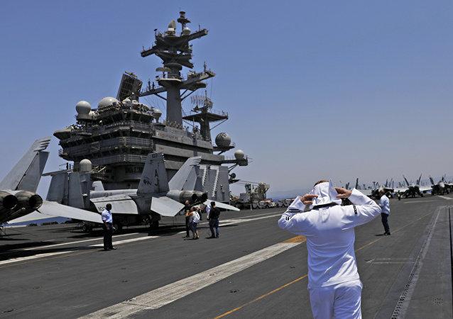 Un soldado a bordo del portaviones USS George H.W Bush