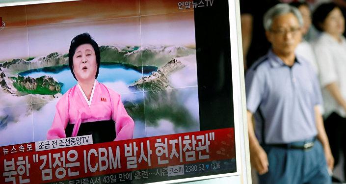 Ri Chun-hee, vista en un reportaje surcoreano sobre un lanzamiento de misil balístico de Corea del Norte
