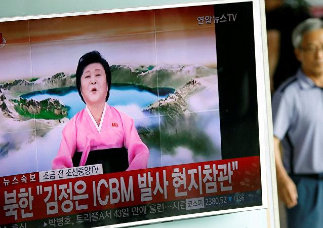 Un reportaje sobre el exitoso lanzamiento de un misil balístico por Corea del Norte