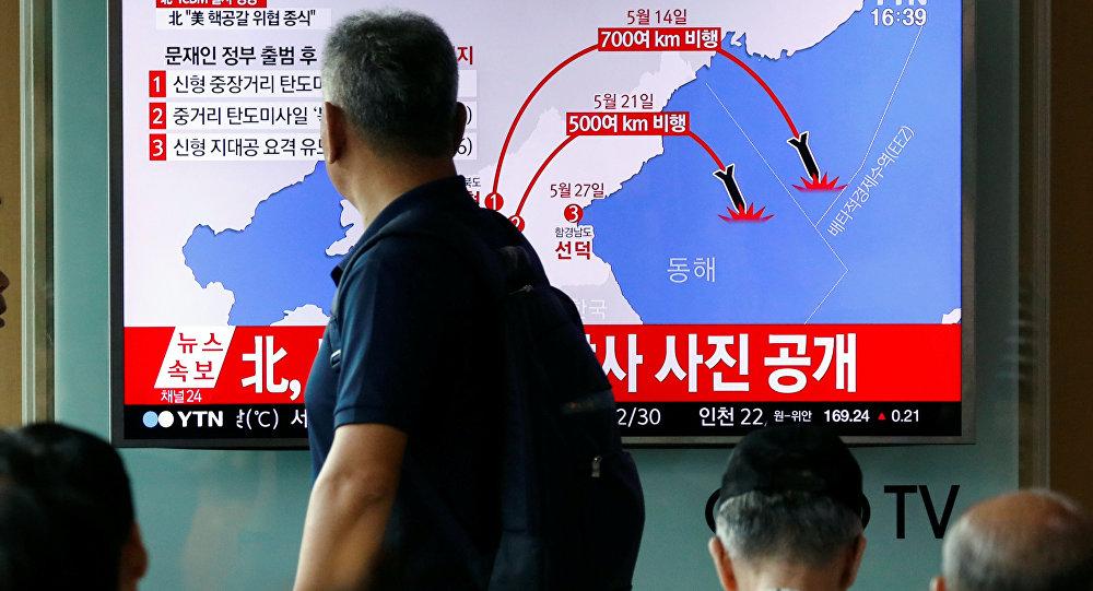 Un reportaje sobre el exitoso lanzamiento de un misil balístico por Corea del Norte (Archivo)