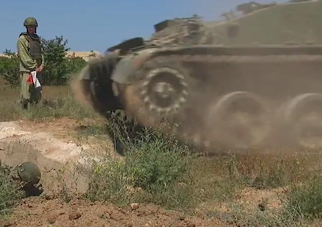 Marines rusos pasan entrenamiento práctico en el campo