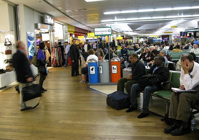 Los pasajeros esperan en un termilal del aeropuerto Heathrow, Londres (archivo)
