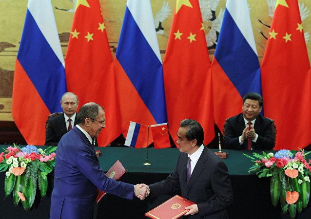 Presidente ruso, Vladímir Putin y presidente chino Xi Jiping, y los cancilleres de Rusia y China