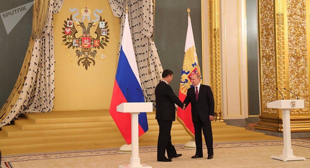 El presidente de Rusia, Vladímir Putin con su homólogo chino, Xi Jinping