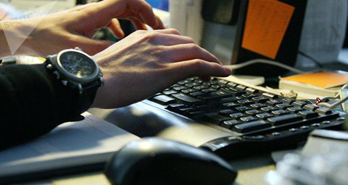 Un hombre trabaja en el ordenador
