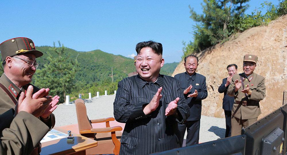 Kim Jong-un, líder de Corea del Norte, tras el lanzamiento de prueba del misil Hwasong-14 (archivo)