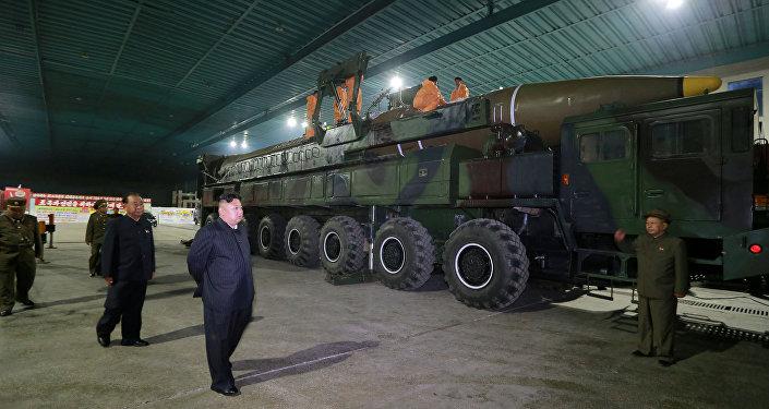 Kim Jong Un inspecciona el misil intercontinental Hwasong-14