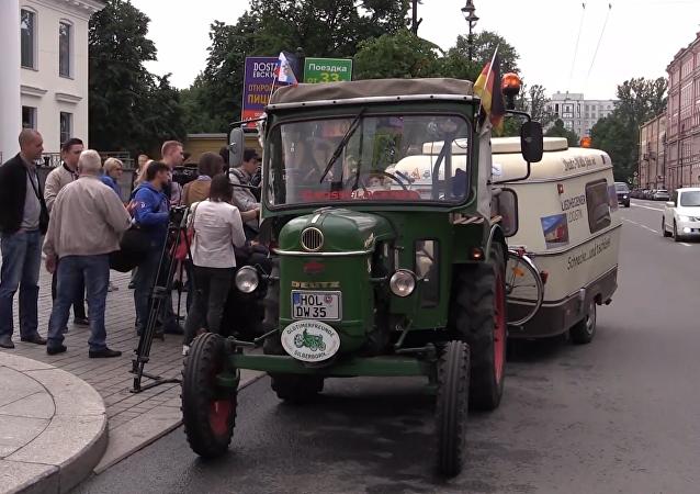 El increíble viaje a Rusia de un tractorista alemán de 81 años