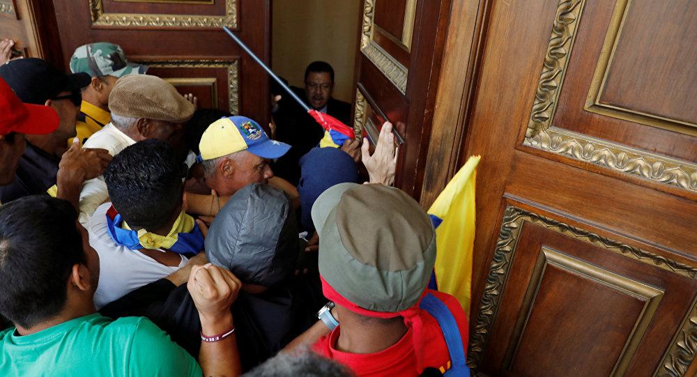 Juan Manuel Santos condena la violencia en Venezuela