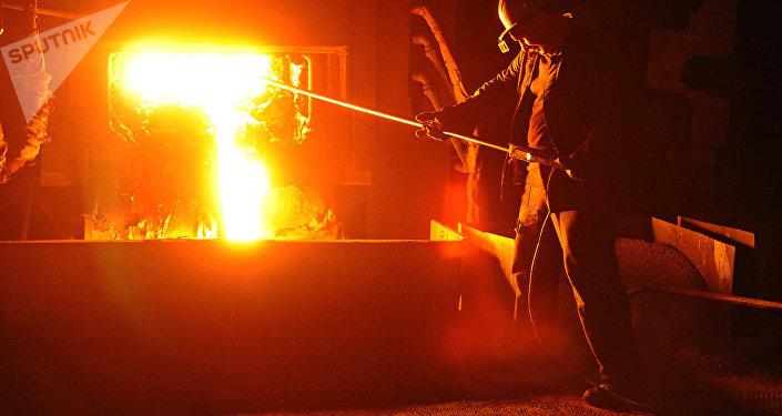 El trabajador de una planta que produce acero