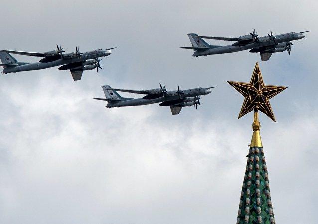 Bombarderos estratégicos Tu-95MS durante el desfile militar en Moscú, Rusia