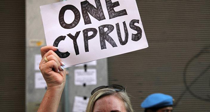 La mujer con letrero en Chipre