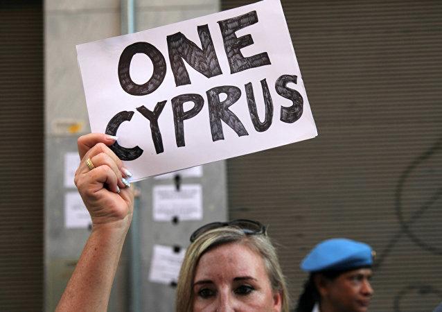 La mujer con letrero en Chipre (archivo)