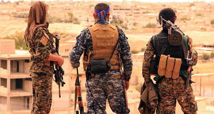 Soldados de las Fuerzas Democráticas Sirias (FDS) en las inmediaciones de Al Raqa