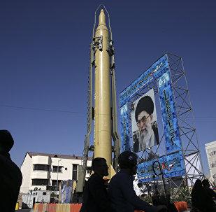 Maqueta del misil iraní Ghadr-F en Teherán (archivo)