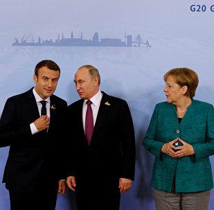 Los presidentes de Francia y Rusia, Emmanuel Macron y Vladímir Putin, y la canciller alemana, Angela Merkel
