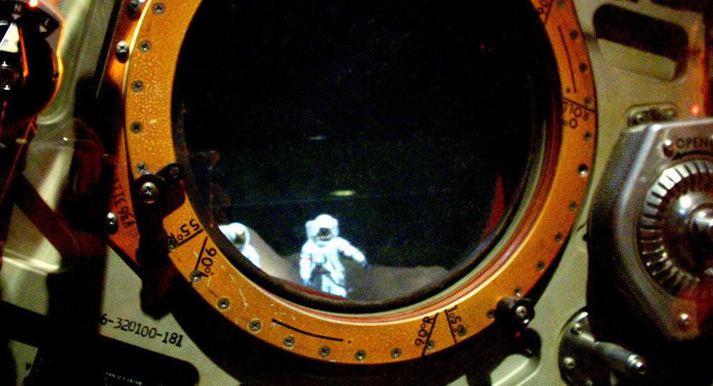 Ojo de buey dando a la superficie lunar