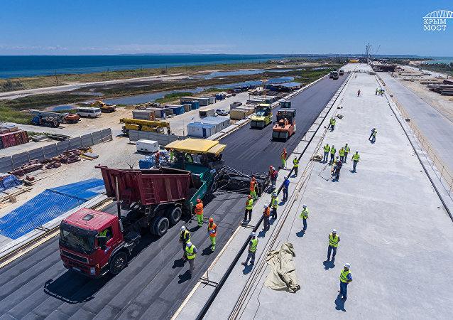 Puesta de asfalto en el puente de Crimea