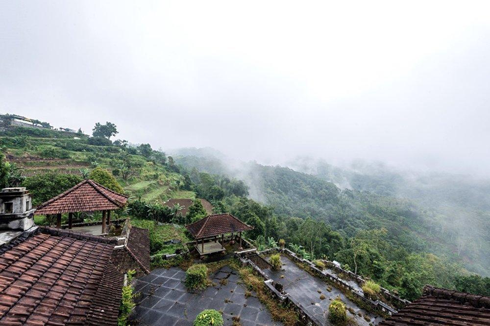 Vista del misterioso hotel Bedugul Taman