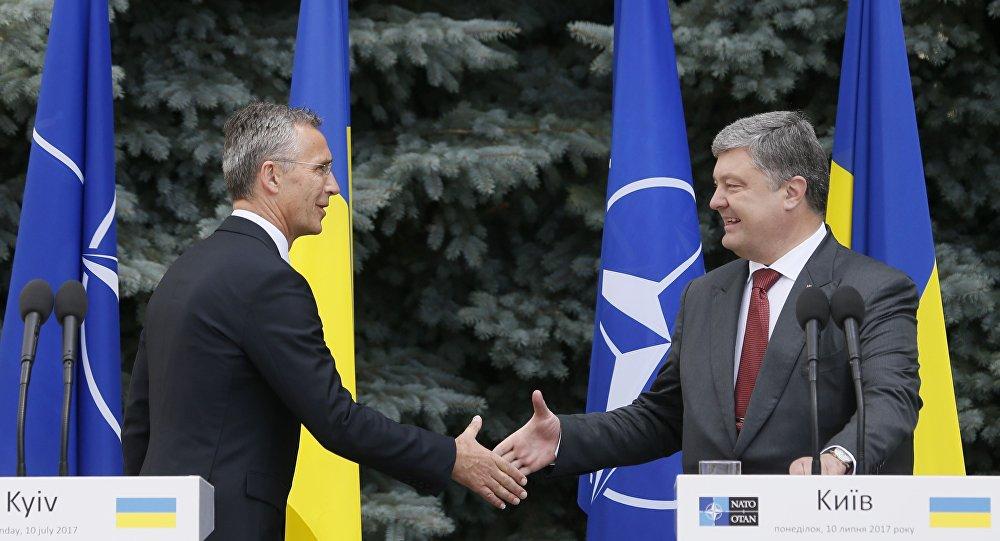 El secretario general de la OTAN, Jens Stoltenberg, y el presidente de Ucrania, Petró Poroshenko (archivo)