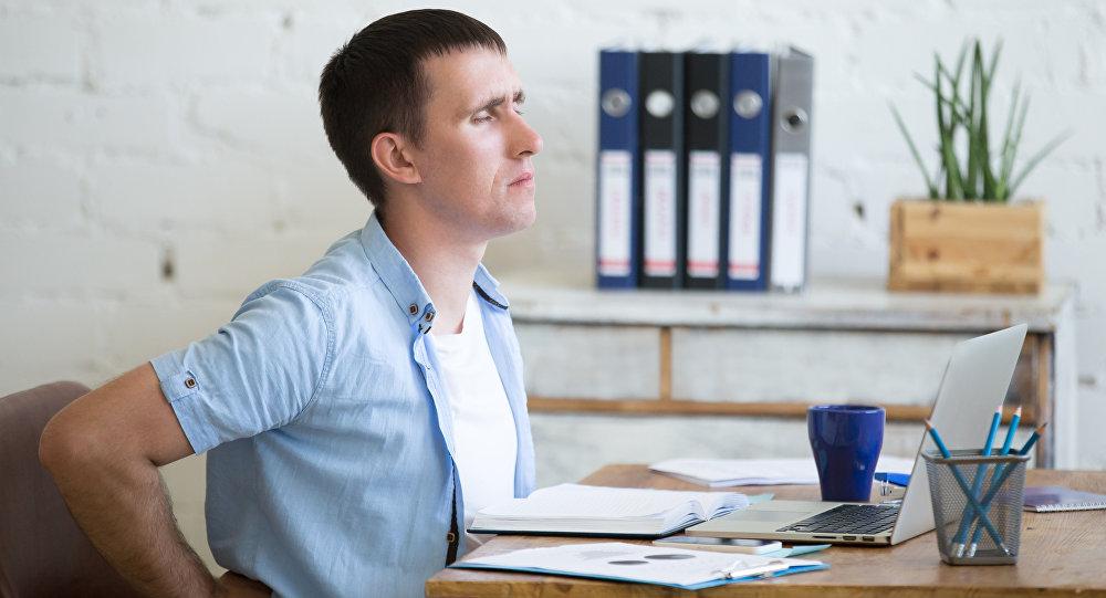 Un empleado estresado en la oficina