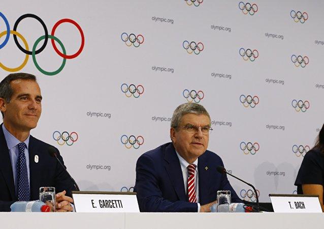 Presidente del COI, Thomas Bach, alcaldes de Los Ángeles y París, Eric Garcetti y Anne Hidalgo
