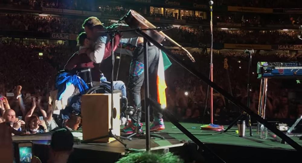 Chris Martin canta con fan en silla de ruedas