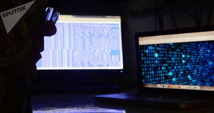Un hombre delante de una pantalla de ordenador (imagen referencial)