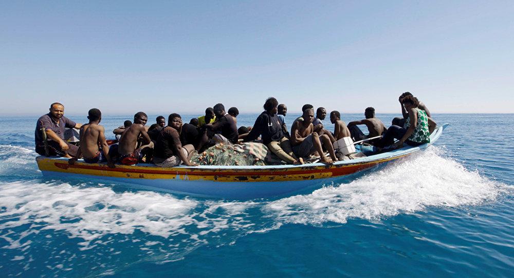 Los migrantes en el barco en el Mediterráneo (archivo)