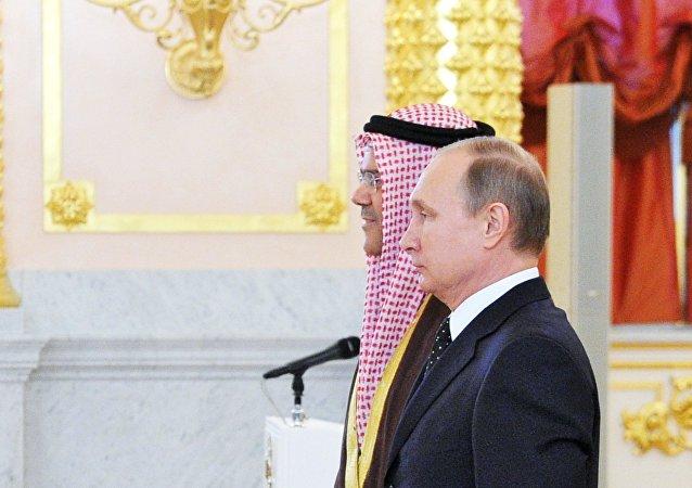 El embajador bahreiní en Moscú, Ahmed Saati, y el presidente ruso, Vladímir Putin (archivo)