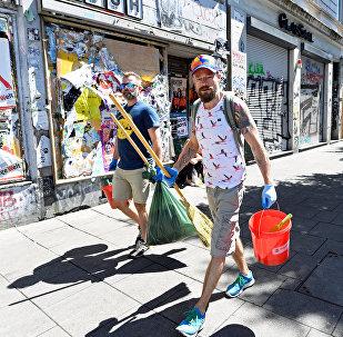 Ciudadanos de Hamburgo (Alemania) limpianto la ciudad tras las pasadas manifestaciones