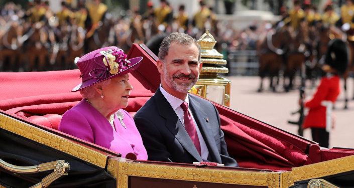 La reina Isabel II y el rey Felipe VI