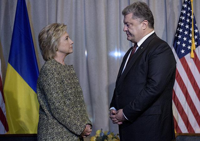 Excandidata a la presidencia de EEUU, Hillary Clinton, y presidente de Ucrania, Petró Poroshenko (archivo)