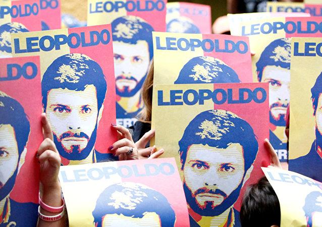 Carteles con el retrato de Leopoldo López (archivo)