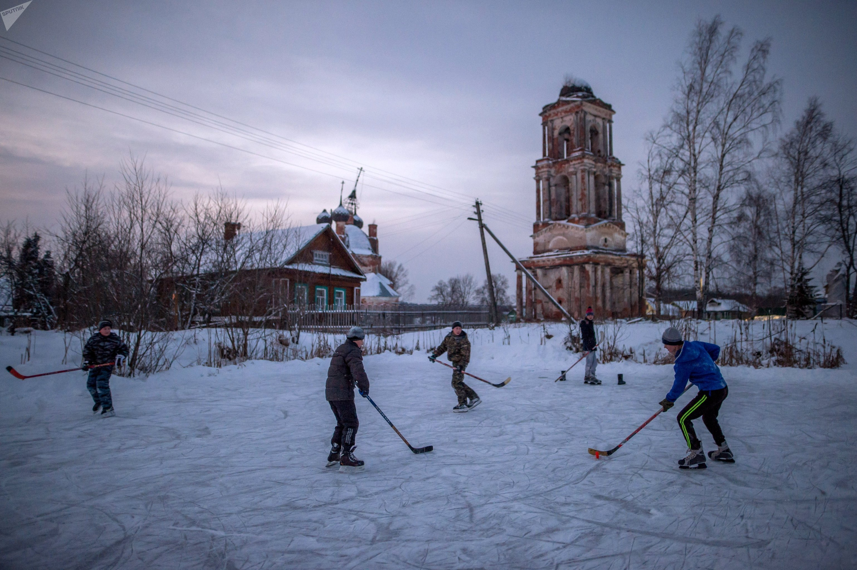 Niños jugando al hockey sobre hielo en una aldea de Yaroslavl
