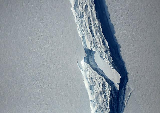 Un bloque de hielo se ha desgajado del segmento Larsen C en la península antártica (la vista desde el satélite)