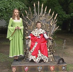 El trono de hierro de la serie Game of Thrones aparece en un parque ruso