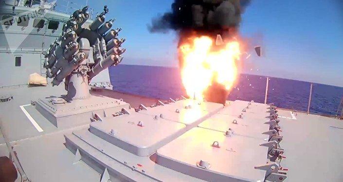 El momento del lanzamiento del misil de crucero ruso Kalibr por la fragata Almirante Essen (archivo)