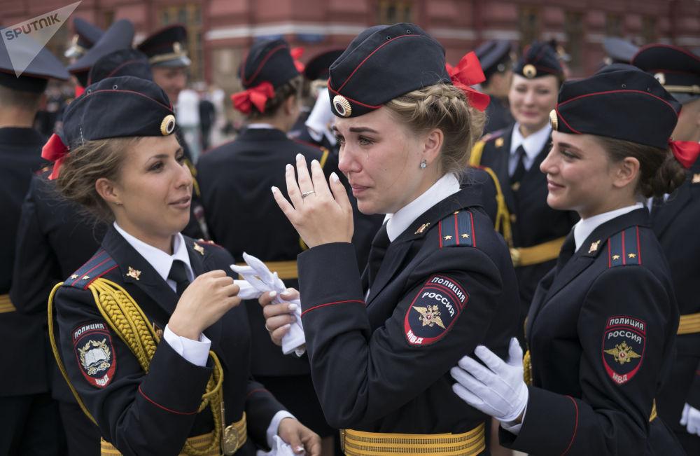 Así lucen los recién graduados de la Universidad del Ministerio del Interior en la Plaza Roja