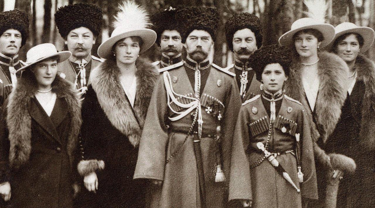 Los Románov visitando un regimiento durante la I Guerra Mundial. De izquierda a derecha, la Gran Duquesa Anastasia, la Gran Duquesa Olga, el zar Nicolás II, el zarévich Alexéi, la Gran Duquesa Tatiana y la Gran Duqesa María, acompañados de cosacos al fondo.