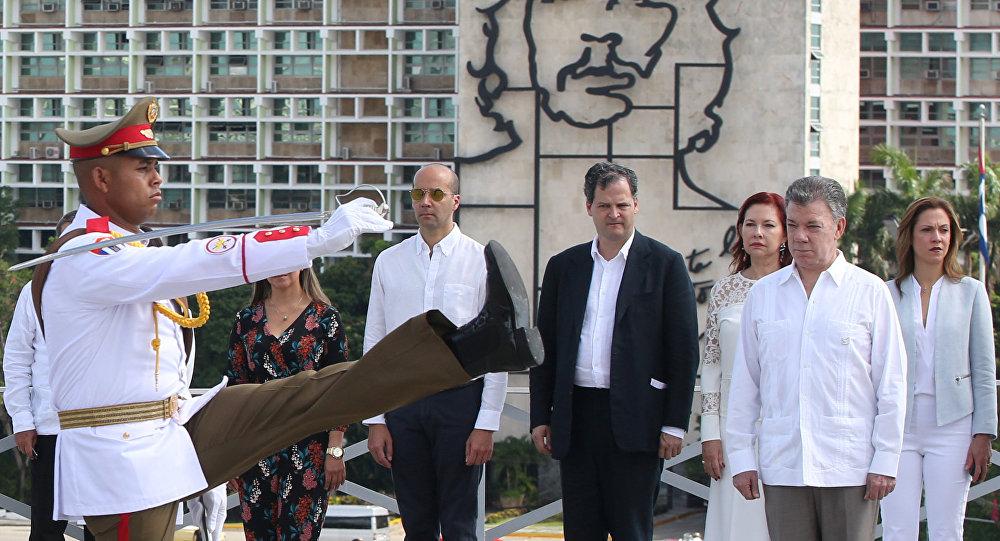 La visita del presidente colombiano, Juan Manuel Santos (derecha), a Cuba