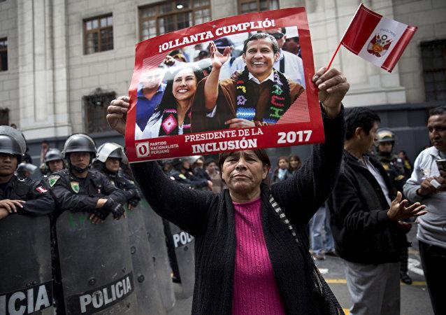 Mujer con una pancarta de apoyo al expresidente peruano Ollanta Humala