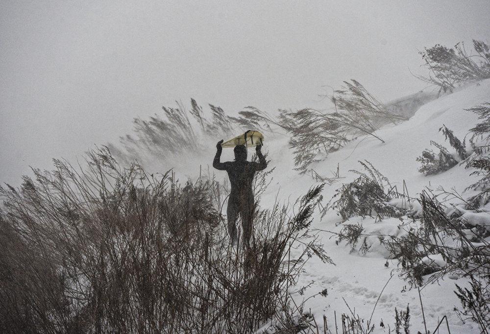 Olas a 15 grados bajo cero: así es el surf invernal en Rusia