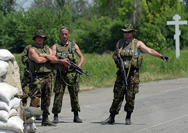Militares de las Fuerzas Armadas de Ucrania en el puesto de control en la región de Donetsk (archivo)