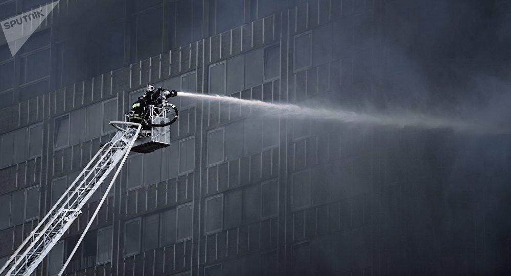 Incendio arrasa un edificio en pleno centro de Moscú