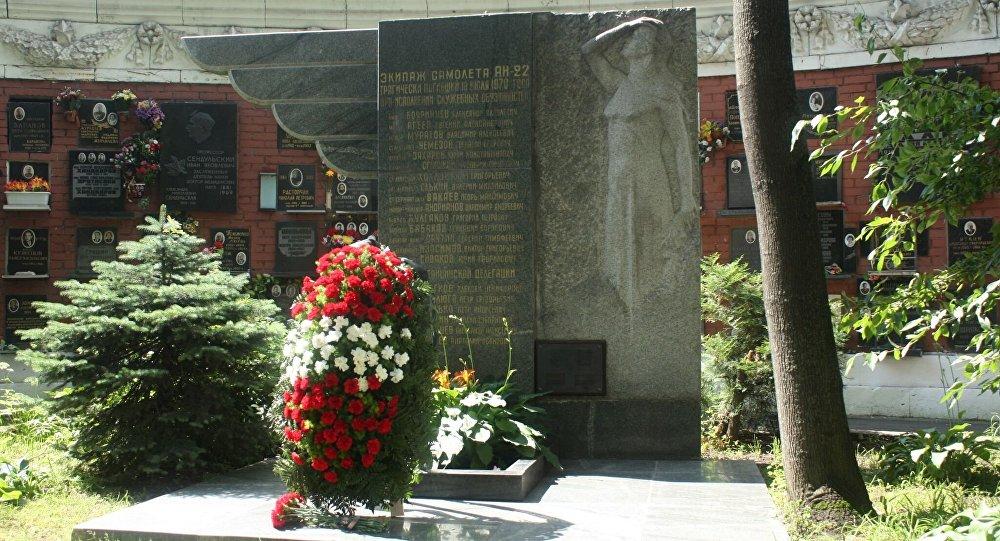 Ofrendas florales en el cementerio Novodevichie de Moscú a los pilotos y médicos soviéticos que perdieron la vida en un accidente aéreo en 1970