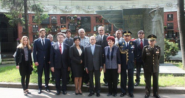 El embajador de Perú en Rusia, Luis Benjamín Chimoy Arteaga junto al cuerpo diplomático en el cementerio Novodevichie de Moscú